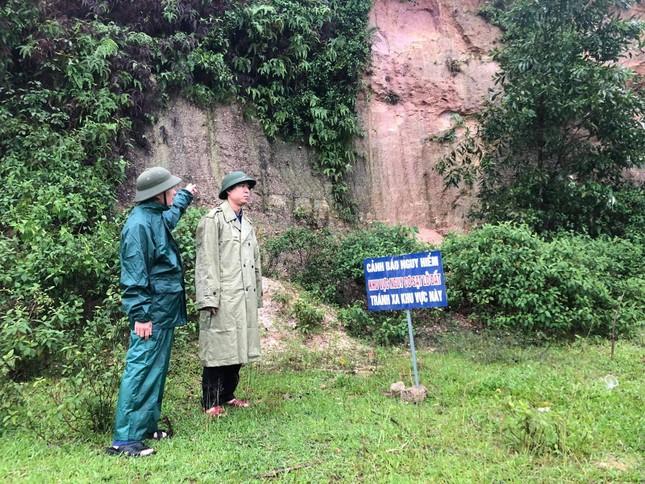 Xuất hiện vết nứt hàng chục mét trên núi, sơ tán khẩn cấp toàn bộ dân một thôn ảnh 2