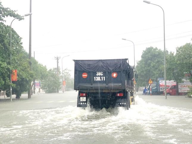 Nước lũ dâng cao, người dân Hà Tĩnh mang nơm ra đường bắt cá ảnh 5