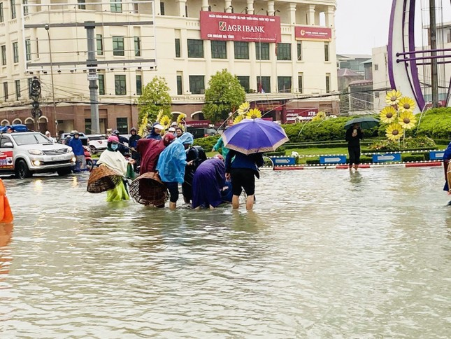 Nước lũ dâng cao, người dân Hà Tĩnh mang nơm ra đường bắt cá ảnh 2