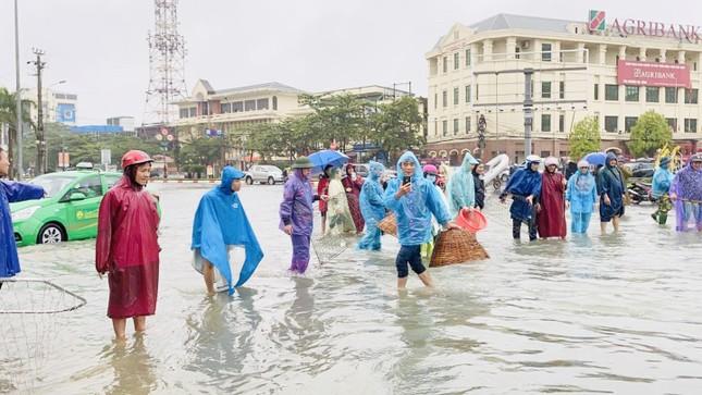 Nước lũ dâng cao, người dân Hà Tĩnh mang nơm ra đường bắt cá ảnh 4