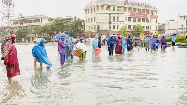 Nước lũ dâng cao, người dân Hà Tĩnh mang nơm ra đường bắt cá ảnh 1