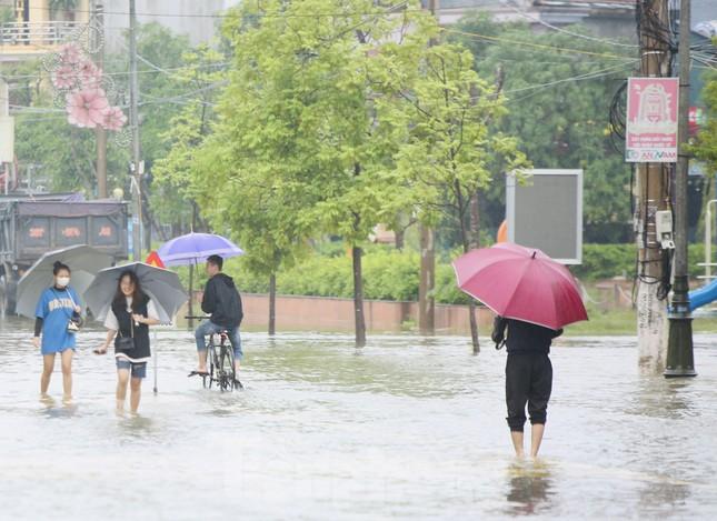 Nước chạm nóc, người dân Hà Tĩnh ngồi mái nhà chờ cứu trợ ảnh 10