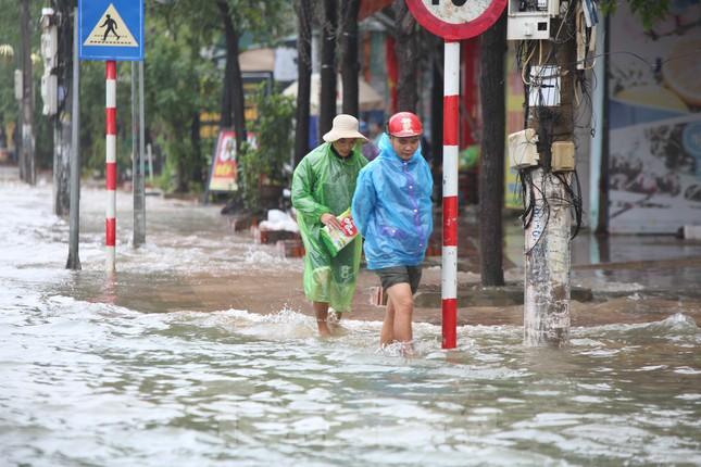 Nước chạm nóc, người dân Hà Tĩnh ngồi mái nhà chờ cứu trợ ảnh 9