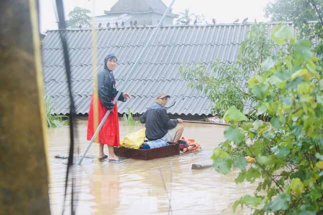 Nước chạm nóc, người dân Hà Tĩnh ngồi mái nhà chờ cứu trợ ảnh 5