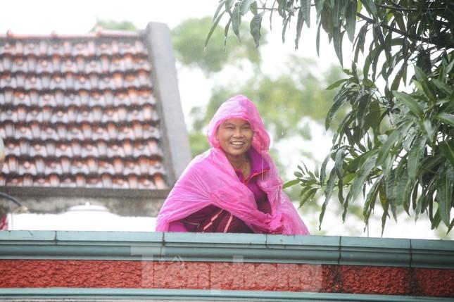 Nước chạm nóc, người dân Hà Tĩnh ngồi mái nhà chờ cứu trợ ảnh 7