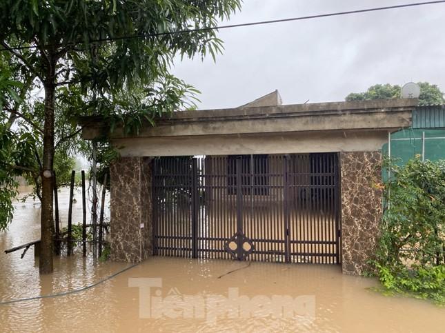 Nước chạm nóc, người dân Hà Tĩnh ngồi mái nhà chờ cứu trợ ảnh 11