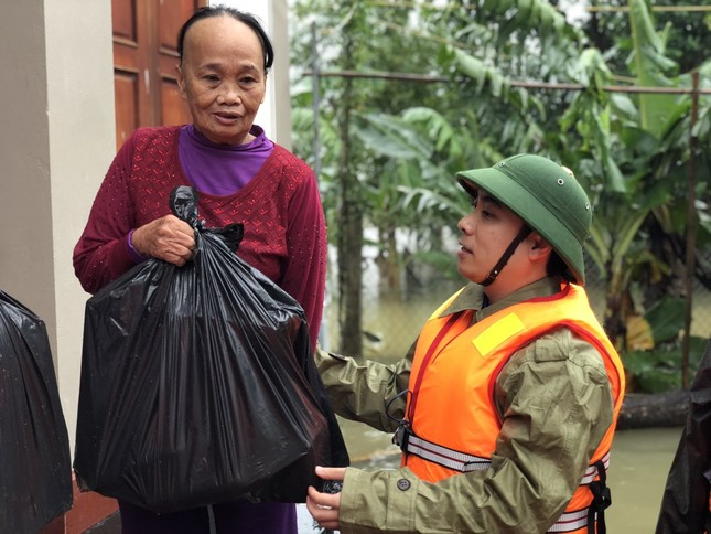 Thanh niên Hà Tĩnh, Nghệ An nấu bánh chưng, hỗ trợ bà con vùng lũ ảnh 2