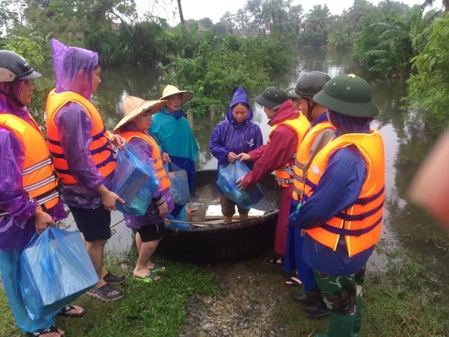 Thanh niên Hà Tĩnh, Nghệ An nấu bánh chưng, hỗ trợ bà con vùng lũ ảnh 1