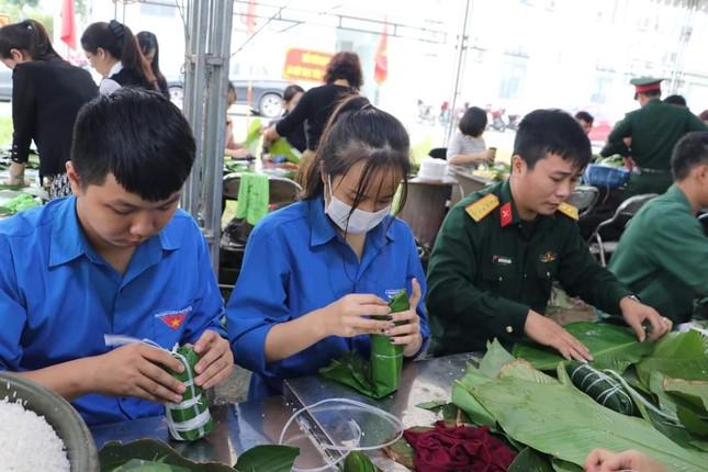 Thanh niên Hà Tĩnh, Nghệ An nấu bánh chưng, hỗ trợ bà con vùng lũ ảnh 9