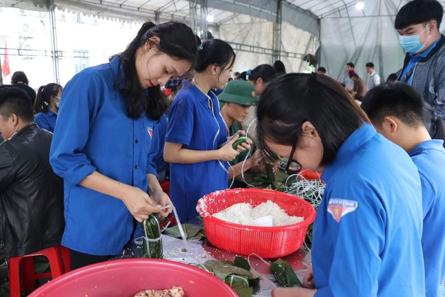 Thanh niên Hà Tĩnh, Nghệ An nấu bánh chưng, hỗ trợ bà con vùng lũ ảnh 8