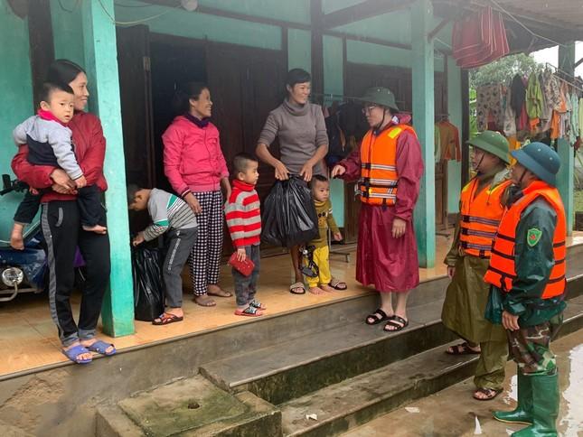 Thanh niên Hà Tĩnh, Nghệ An nấu bánh chưng, hỗ trợ bà con vùng lũ ảnh 5