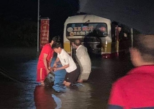 Giải cứu xe buýt chết máy giữa dòng nước xiết ảnh 1