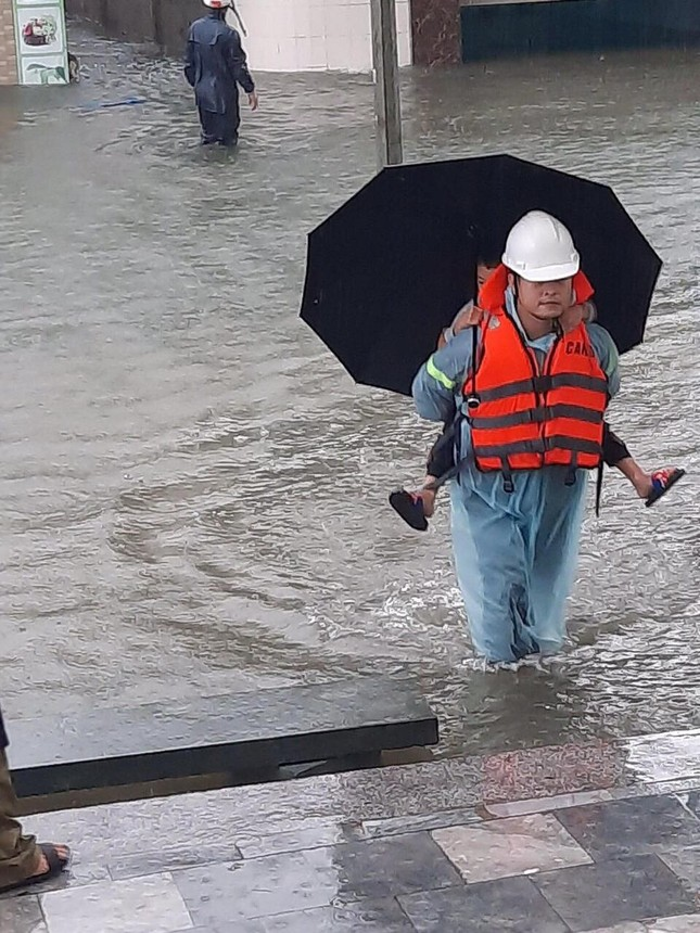 Bộ đội, công an dầm mưa, lội nước cõng dân đến nơi an toàn ảnh 3