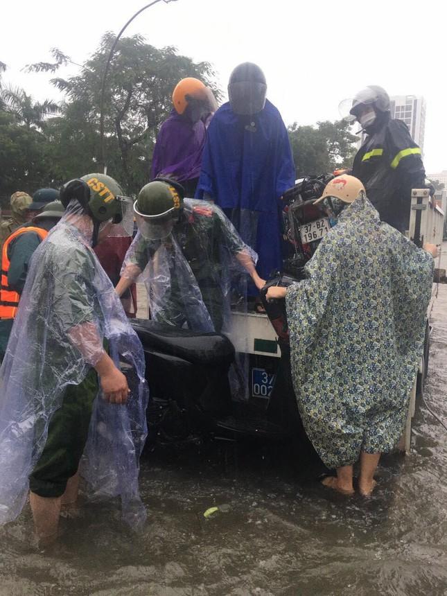 Bộ đội, công an dầm mưa, lội nước cõng dân đến nơi an toàn ảnh 6