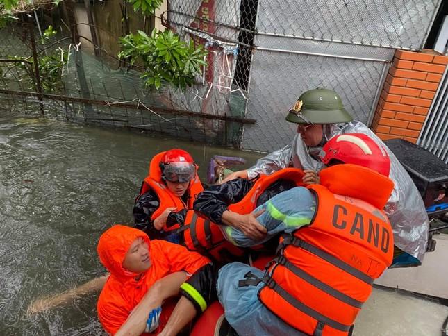 Bộ đội, công an dầm mưa, lội nước cõng dân đến nơi an toàn ảnh 5