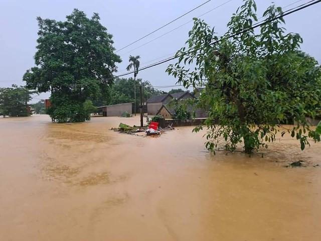 Cố băng qua đường ngập lụt, 2 thanh niên bị lũ cuốn trôi ảnh 2