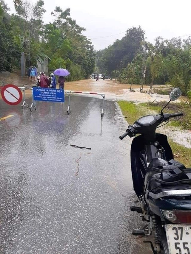 Cố băng qua đường ngập lụt, 2 thanh niên bị lũ cuốn trôi ảnh 1