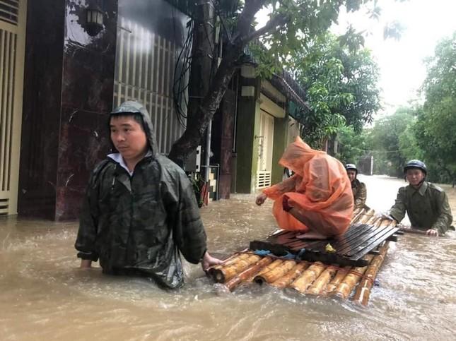 Giải cứu người dân bị mắc kẹt trong biển nước ảnh 7
