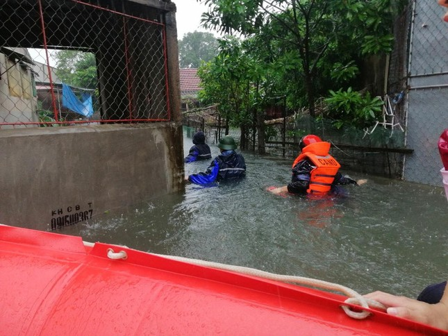Giải cứu người dân bị mắc kẹt trong biển nước ảnh 6