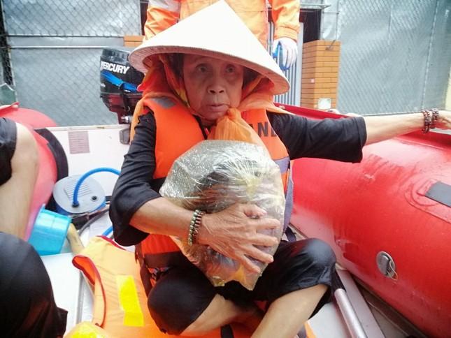 Giải cứu người dân bị mắc kẹt trong biển nước ảnh 5