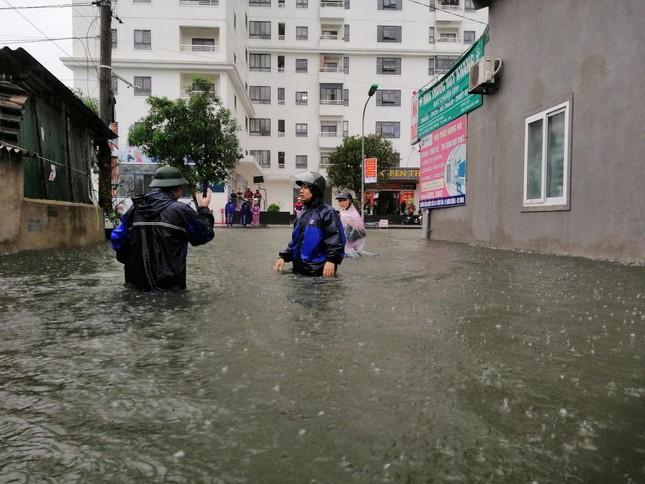 Giải cứu người dân bị mắc kẹt trong biển nước ảnh 1
