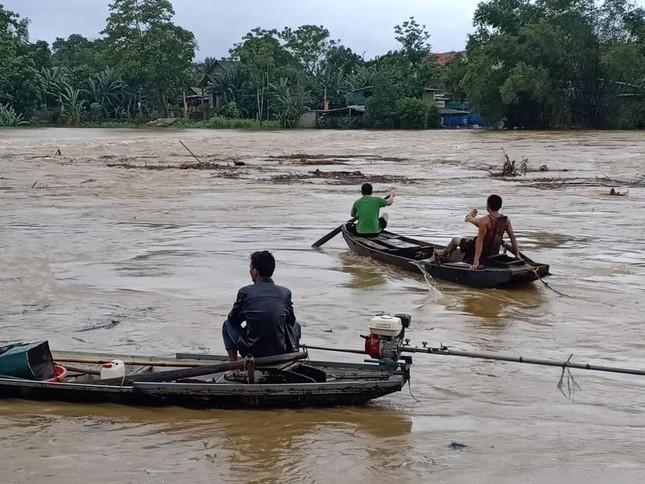 Hà Tĩnh nước vây tứ bề, người dân vội vã ôm đồ chạy lụt ảnh 9