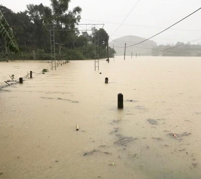 Hà Tĩnh nước vây tứ bề, người dân vội vã ôm đồ chạy lụt ảnh 7