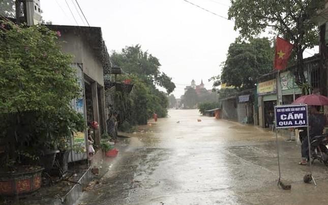 Hà Tĩnh nước vây tứ bề, người dân vội vã ôm đồ chạy lụt ảnh 10