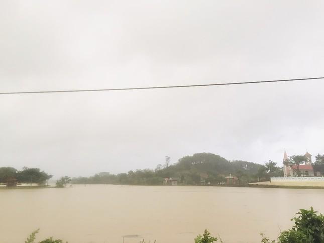 Hà Tĩnh nước vây tứ bề, người dân vội vã ôm đồ chạy lụt ảnh 5