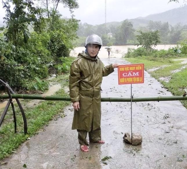 Hà Tĩnh nước vây tứ bề, người dân vội vã ôm đồ chạy lụt ảnh 1