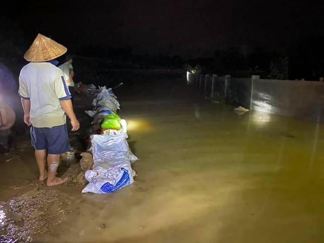 Hà Tĩnh nước vây tứ bề, người dân vội vã ôm đồ chạy lụt ảnh 11