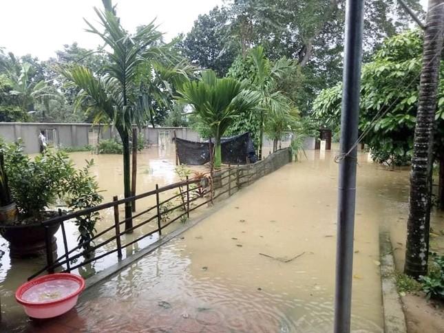 Hà Tĩnh nước vây tứ bề, người dân vội vã ôm đồ chạy lụt ảnh 2