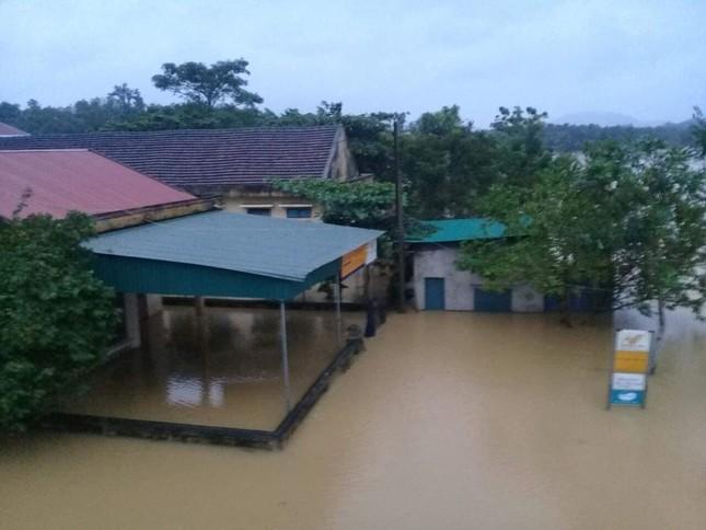 Hà Tĩnh nước vây tứ bề, người dân vội vã ôm đồ chạy lụt ảnh 8