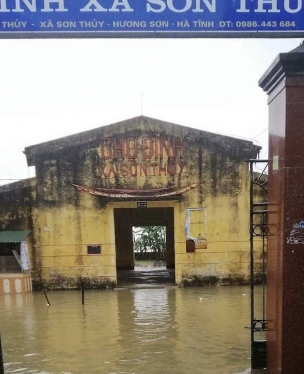 Hà Tĩnh nước vây tứ bề, người dân vội vã ôm đồ chạy lụt ảnh 6