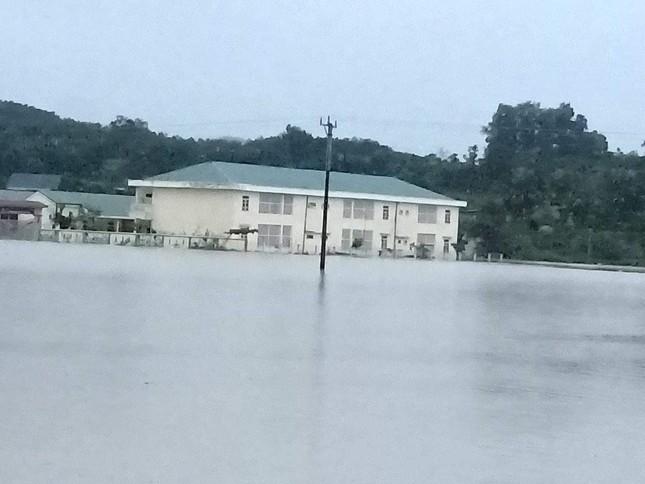 Hà Tĩnh nước vây tứ bề, người dân vội vã ôm đồ chạy lụt ảnh 15