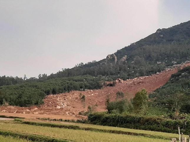 Sạt lở núi, di dời khẩn cấp hơn 300 người dân ảnh 2