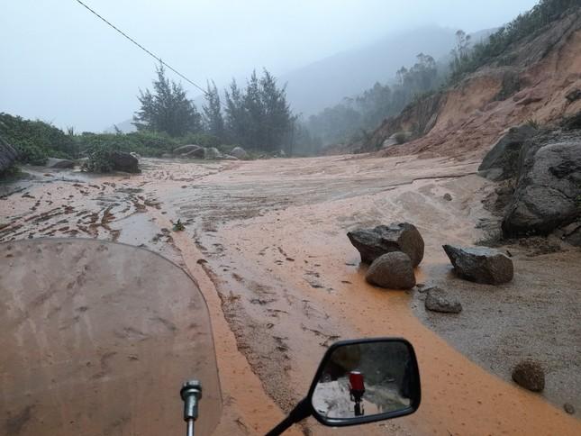 Sạt lở núi, di dời khẩn cấp hơn 300 người dân ảnh 4