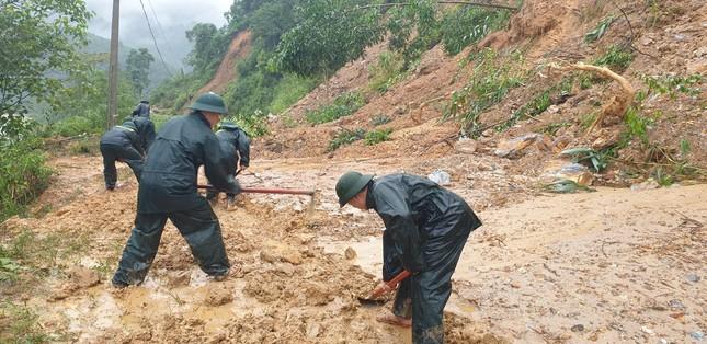 Chiến sỹ Bộ đội Biên phòng lội bùn non giúp dân dọn dẹp, thông đường sau lũ ảnh 5