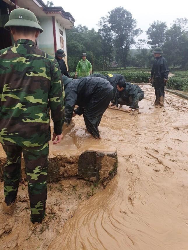 Chiến sỹ Bộ đội Biên phòng lội bùn non giúp dân dọn dẹp, thông đường sau lũ ảnh 7