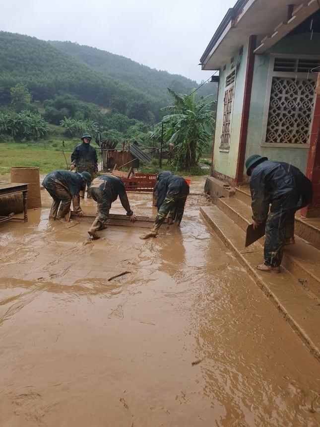 Chiến sỹ Bộ đội Biên phòng lội bùn non giúp dân dọn dẹp, thông đường sau lũ ảnh 6