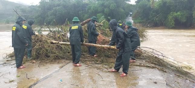 Chiến sỹ Bộ đội Biên phòng lội bùn non giúp dân dọn dẹp, thông đường sau lũ ảnh 3