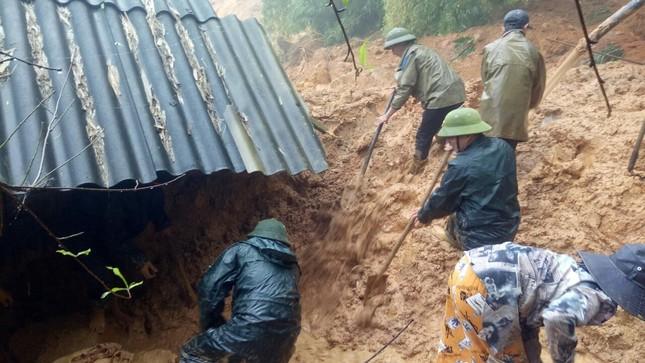 Chiến sỹ Bộ đội Biên phòng lội bùn non giúp dân dọn dẹp, thông đường sau lũ ảnh 1