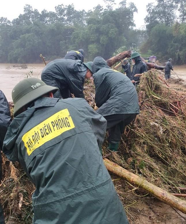 Chiến sỹ Bộ đội Biên phòng lội bùn non giúp dân dọn dẹp, thông đường sau lũ ảnh 4