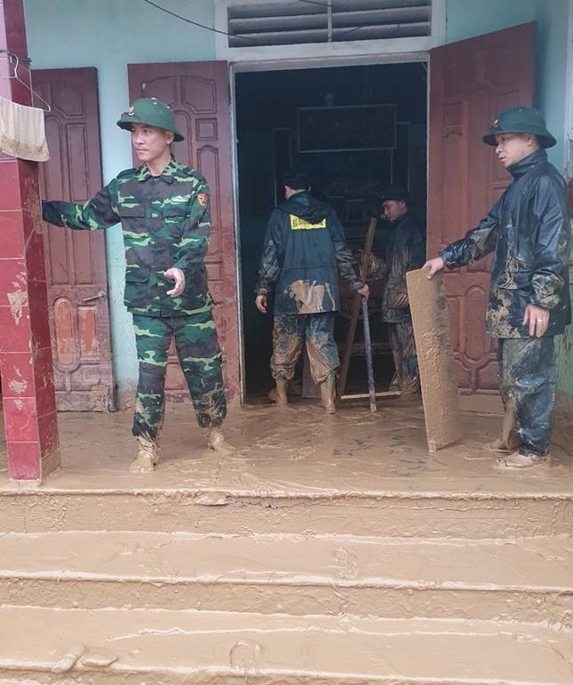 Chiến sỹ Bộ đội Biên phòng lội bùn non giúp dân dọn dẹp, thông đường sau lũ ảnh 8