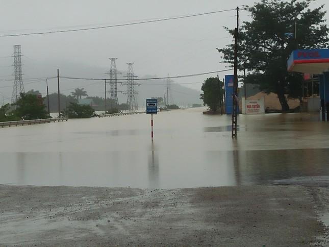 Quốc lộ 1A đoạn qua Hà Tĩnh ngập sâu, cấm tất cả phương tiện đi lại ảnh 1