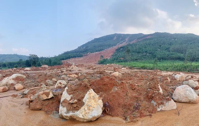 Núi lở, nhiều khối đất đá 'khổng lồ' đổ xuống ruộng ảnh 1