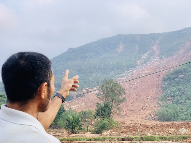 Núi lở, nhiều khối đất đá 'khổng lồ' đổ xuống ruộng ảnh 6
