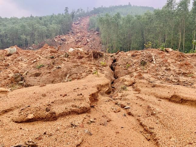 Núi lở, nhiều khối đất đá 'khổng lồ' đổ xuống ruộng ảnh 2