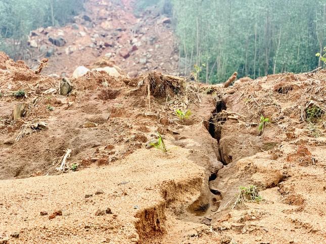 Núi lở, nhiều khối đất đá 'khổng lồ' đổ xuống ruộng ảnh 5