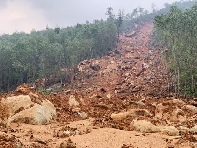Núi lở, nhiều khối đất đá 'khổng lồ' đổ xuống ruộng ảnh 13